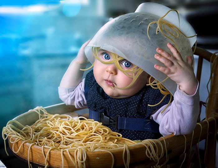 ребенок и макароны