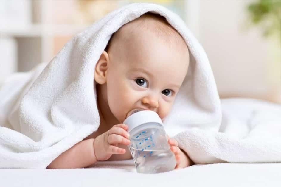 ребенок с водой